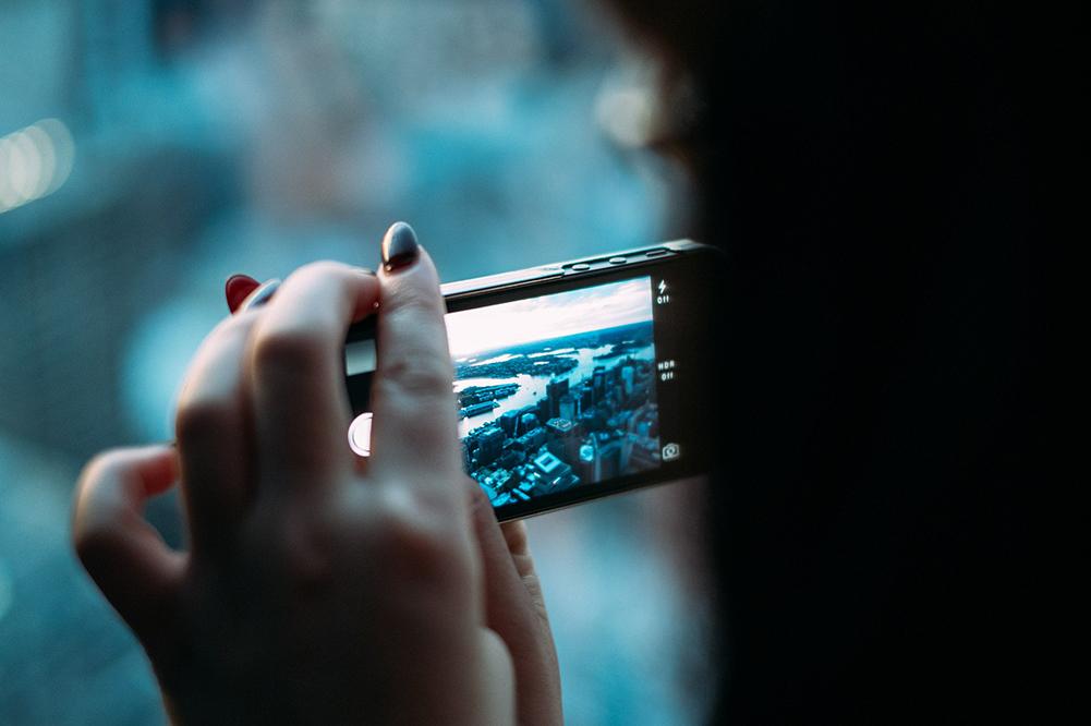 Kvinna som filmar med mobilen