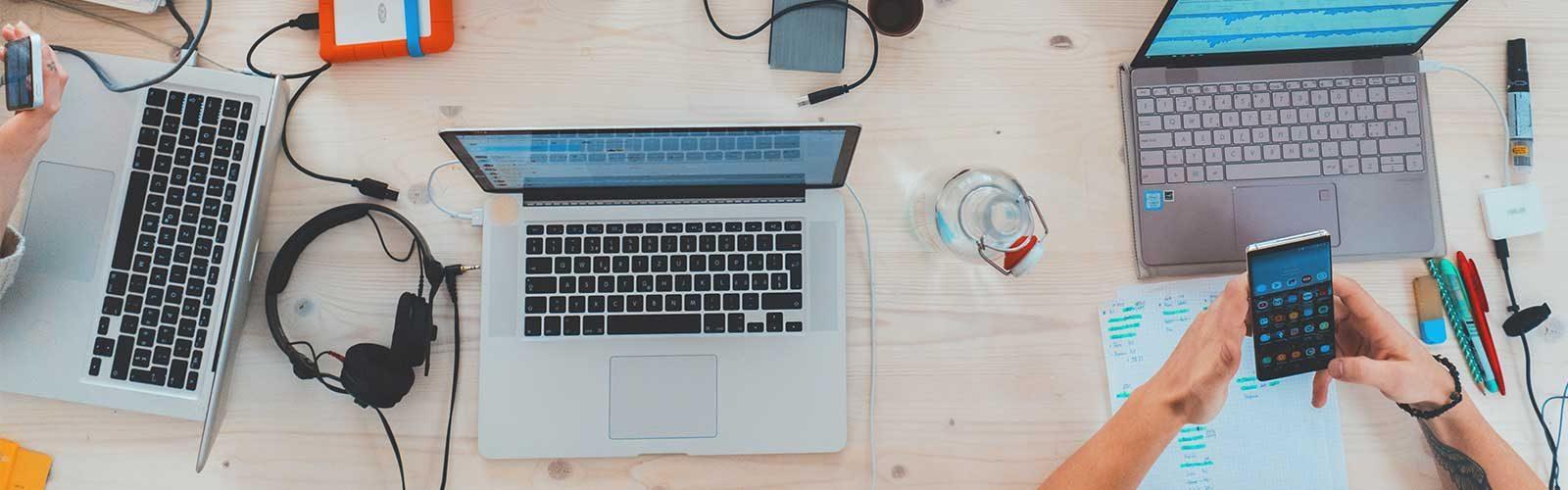 Skrivbord med datorer
