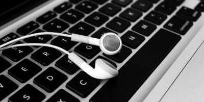 tangentbord och hörlurar