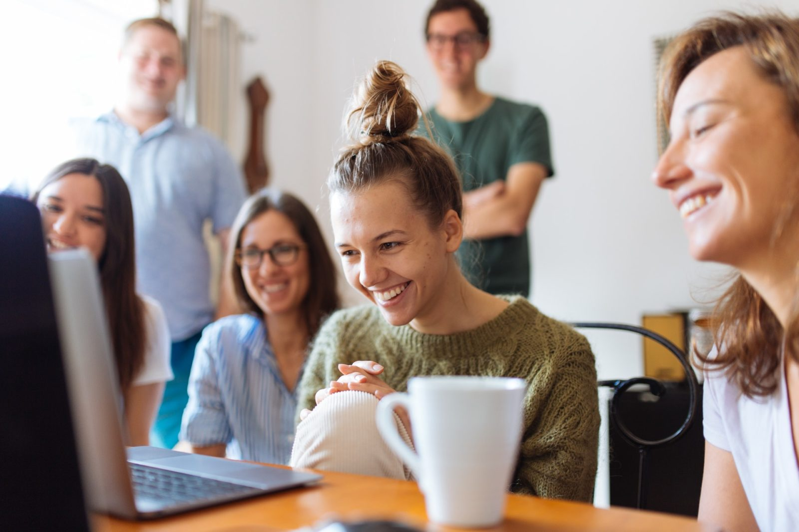 En grupp personer tittar på en datorskärm